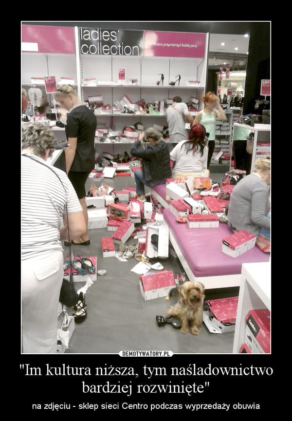 """""""Im kultura niższa, tym naśladownictwo bardziej rozwinięte"""" – na zdjęciu - sklep sieci Centro podczas wyprzedaży obuwia"""