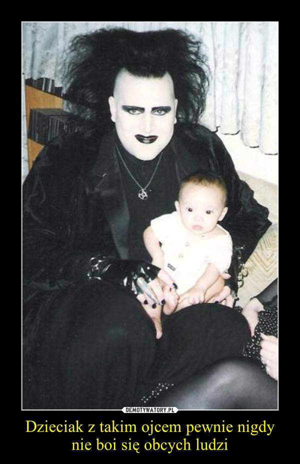 Dzieciak z takim ojcem pewnie nigdy nie boi się obcych ludzi –