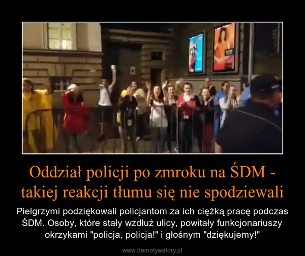 """Oddział policji po zmroku na ŚDM - takiej reakcji tłumu się nie spodziewali – Pielgrzymi podziękowali policjantom za ich ciężką pracę podczas ŚDM. Osoby, które stały wzdłuż ulicy, powitały funkcjonariuszy okrzykami """"policja, policja!"""" i głośnym """"dziękujemy!"""""""
