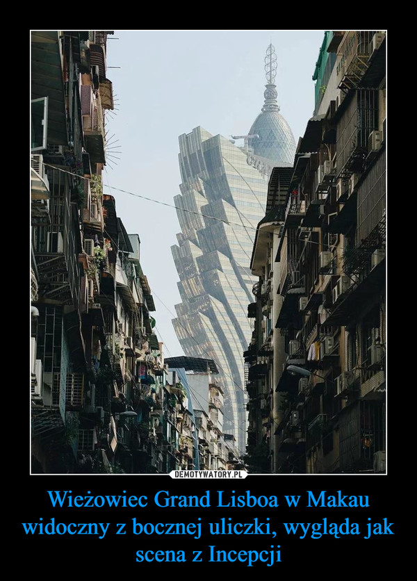 Wieżowiec Grand Lisboa w Makau widoczny z bocznej uliczki, wygląda jak scena z Incepcji –