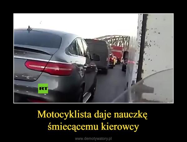 Motocyklista daje nauczkę śmiecącemu kierowcy –