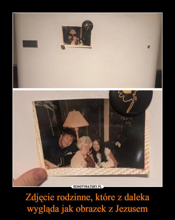 Zdjęcie rodzinne, które z dalekawygląda jak obrazek z Jezusem –