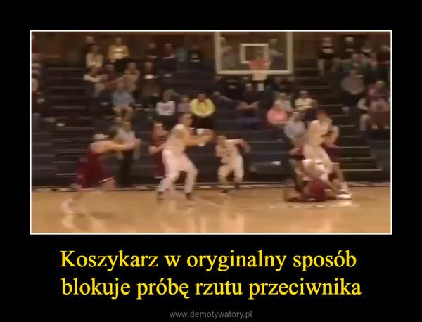 Koszykarz w oryginalny sposób blokuje próbę rzutu przeciwnika –