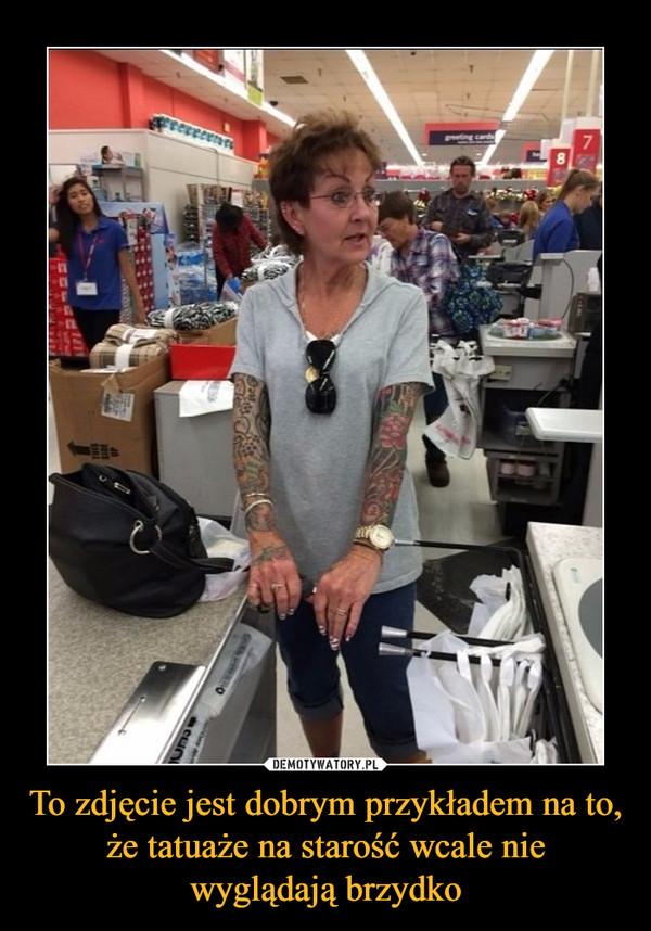 To zdjęcie jest dobrym przykładem na to, że tatuaże na starość wcale nie wyglądają brzydko –