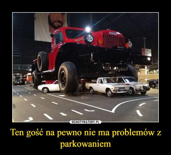 Ten gość na pewno nie ma problemów z parkowaniem –