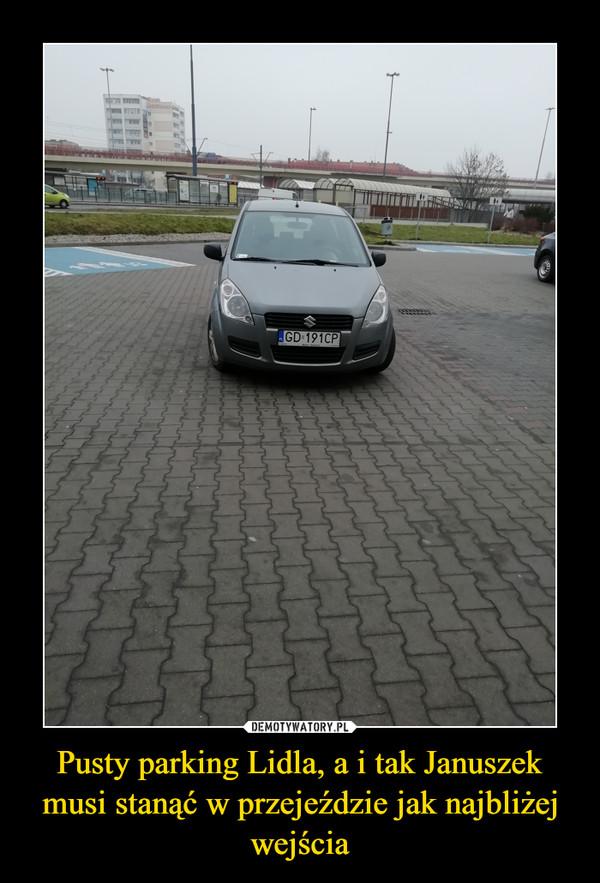 Pusty parking Lidla, a i tak Januszek musi stanąć w przejeździe jak najbliżej wejścia –
