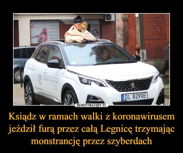 Ksiądz w ramach walki z koronawirusem jeździł furą przez całą Legnicę trzymając monstrancję przez szyberdach –