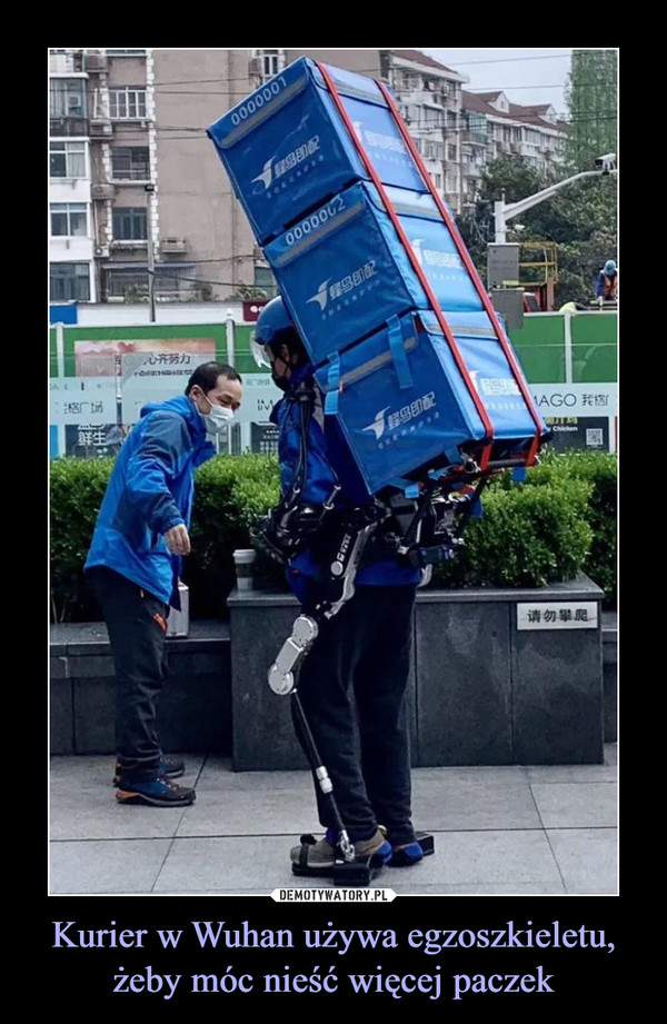 Kurier w Wuhan używa egzoszkieletu, żeby móc nieść więcej paczek –