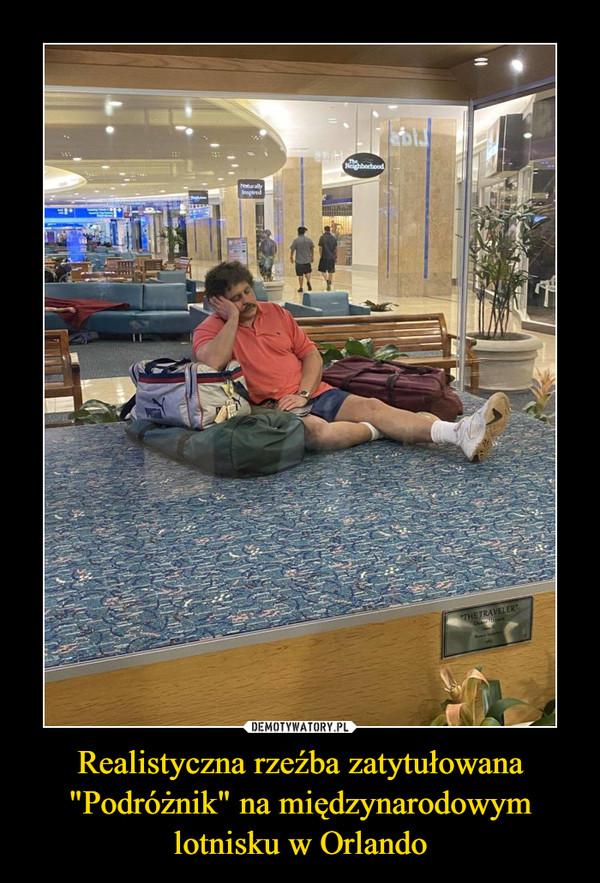 """Realistyczna rzeźba zatytułowana """"Podróżnik"""" na międzynarodowym lotnisku w Orlando –"""