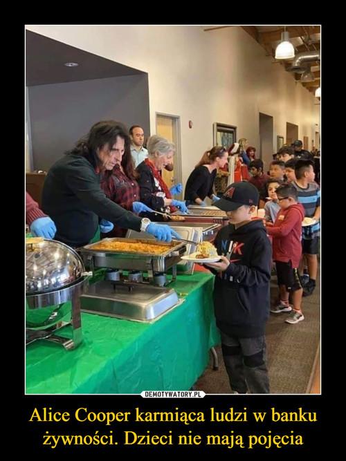 Alice Cooper karmiąca ludzi w banku żywności. Dzieci nie mają pojęcia
