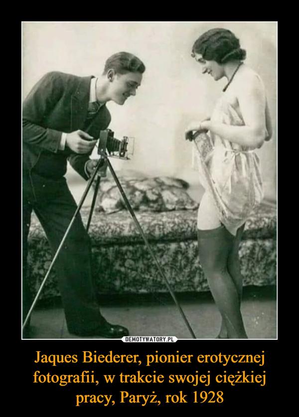 Jaques Biederer, pionier erotycznej fotografii, w trakcie swojej ciężkiej pracy, Paryż, rok 1928 –