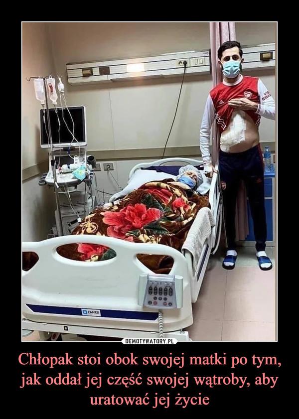 Chłopak stoi obok swojej matki po tym, jak oddał jej część swojej wątroby, aby uratować jej życie –