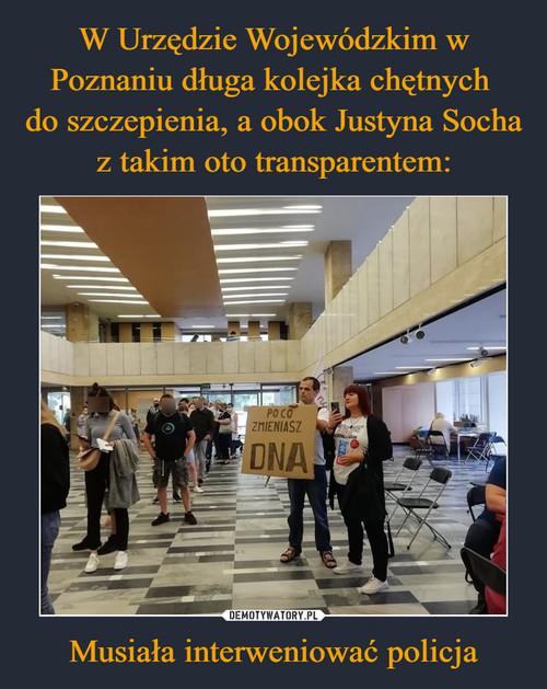 W Urzędzie Wojewódzkim w Poznaniu długa kolejka chętnych  do szczepienia, a obok Justyna Socha z takim oto transparentem: Musiała interweniować policja