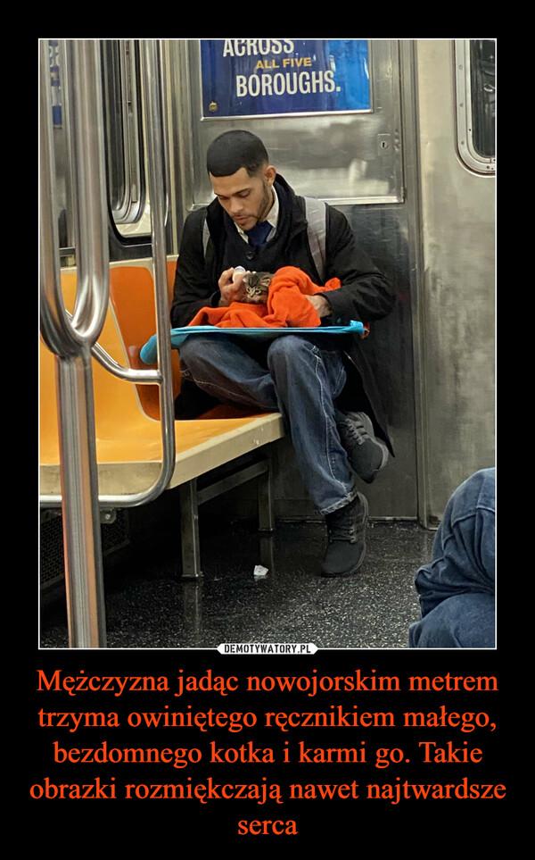 Mężczyzna jadąc nowojorskim metrem trzyma owiniętego ręcznikiem małego, bezdomnego kotka i karmi go. Takie obrazki rozmiękczają nawet najtwardsze serca –